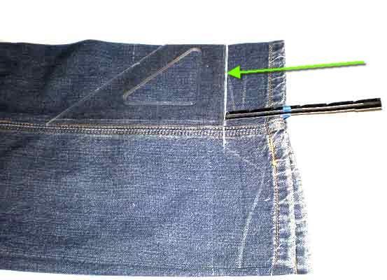 Отмерим расстояние, на которое нужно укоротить джинсы с учетом            детали, которую мы затем обратно пришьем  и начертим линию. Кто чем            чертит, а я обмылком