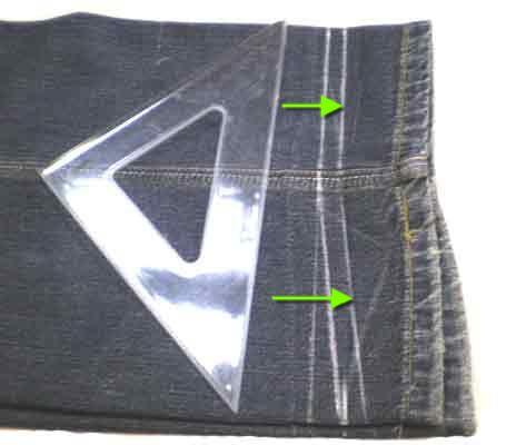 От первой                    линии в сторону низа брюк отмерим припуск на шов 1см и начертим еще одну                    линию