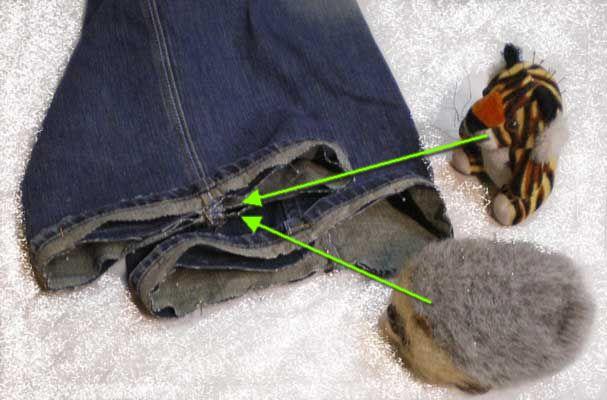 Сложим наши                                            детальки с брючинами лицевыми сторонами. При этом нужно следить, чтобы                                            совпали боковые швы. Смотрите, не перепутайте левую ногу с правой.                                            Закрепим булавочками.